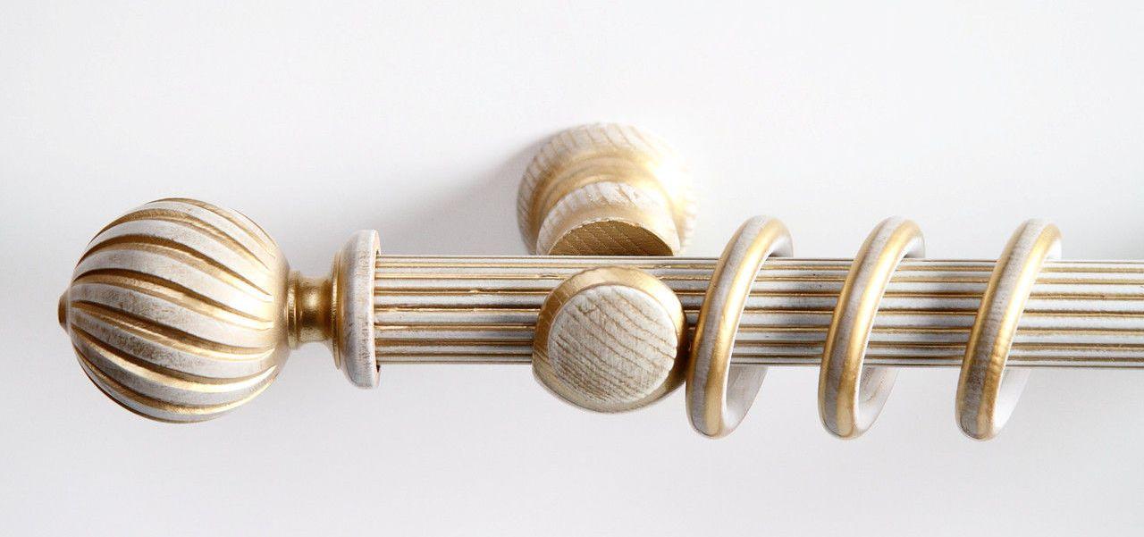 Кольца на деревянном карнизе