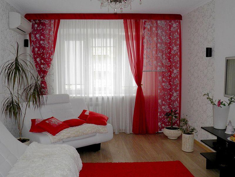 Красный цвет штор в интерьере