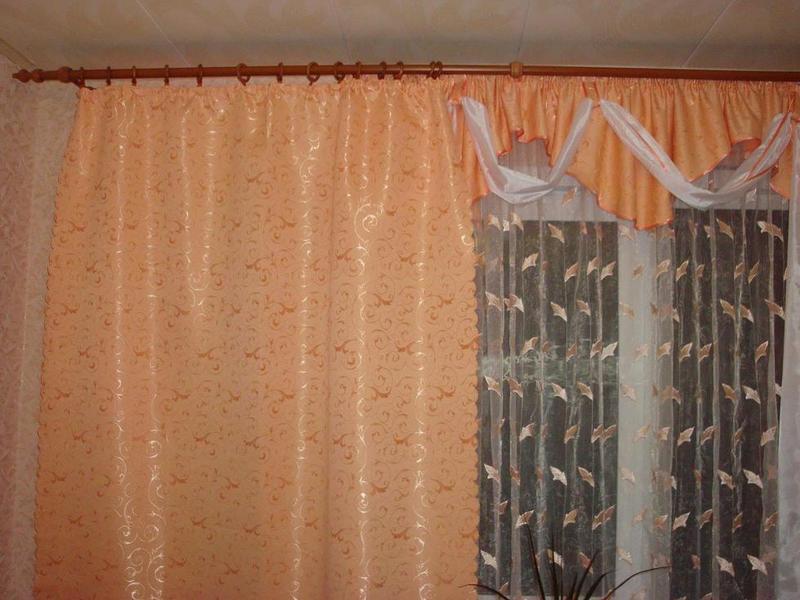 Абрикосовый цвет штор в интерьере