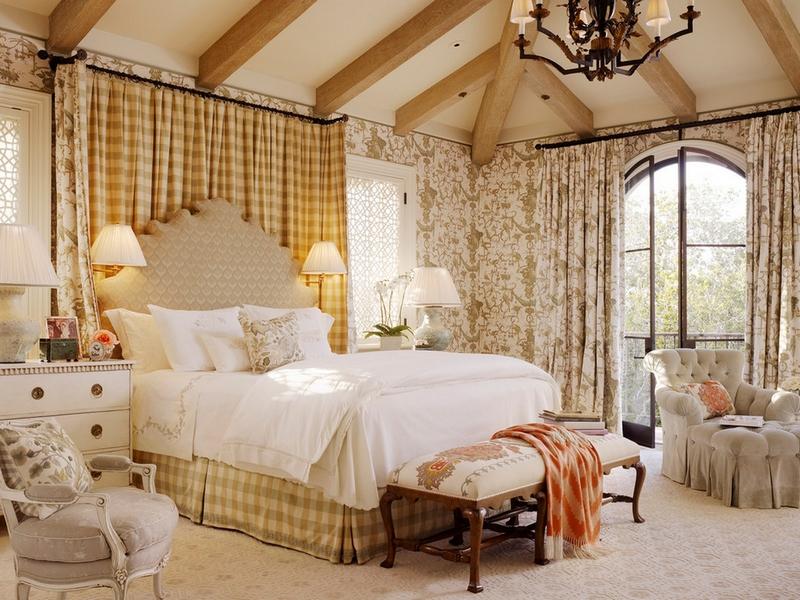 Английский дизайн светлых штор в спальне
