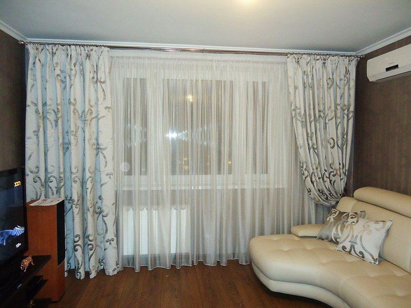Прозрачные двух цветные занавески для оформления окна с балконной дверью в зале