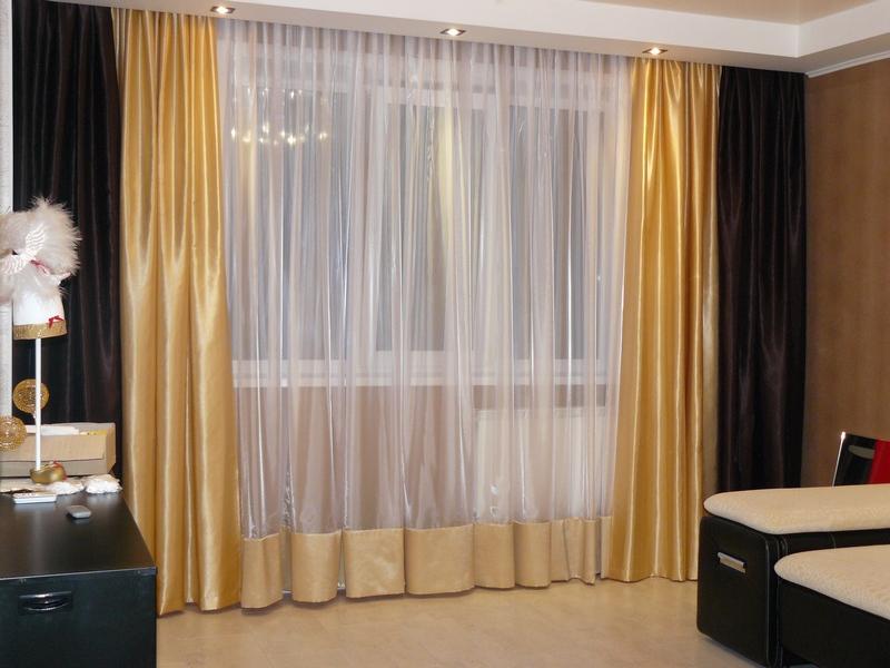 Красивое оформление с помощью занавески в тон к шторам в зале