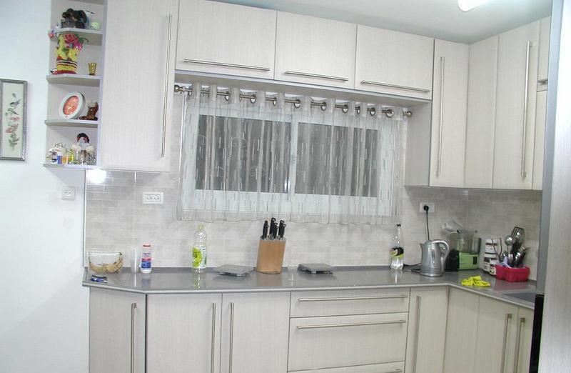 Короткая штора на люверсах в кухне