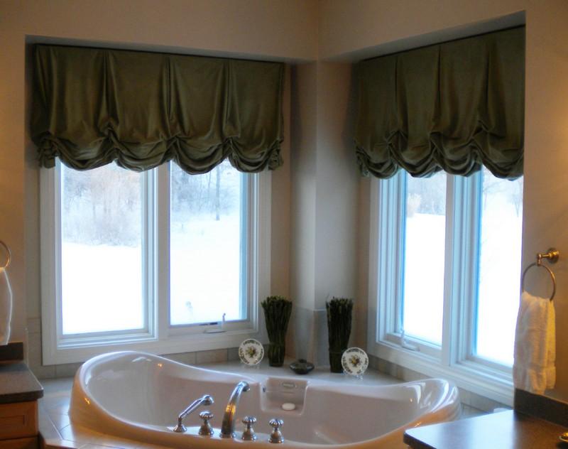 И даже в ванной комнате австрийские шторы тоже используют
