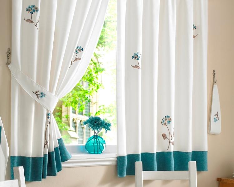 Стильные светлые шторы для кухни