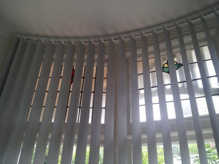 Вертикальные металлические жалюзи редко подходят к интерьеру комнаты, поэтому используют их в нежилых помещениях