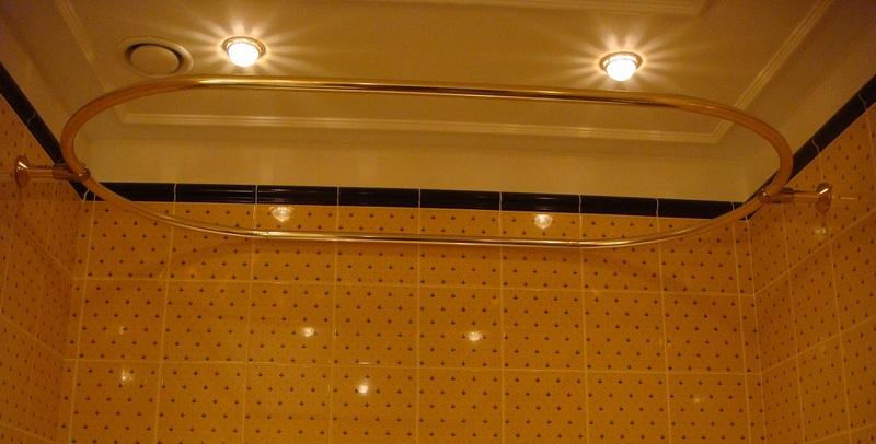 Круглые или овальные карнизы чаще всего используют для ванных комнат
