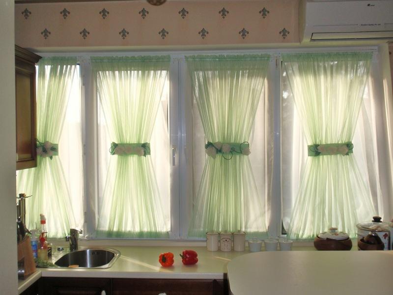 Такой вид штор наиболее популярен для кухонь, они смотрятся очень легко и красиво