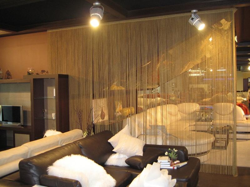 Ниточные шторы прекрасно подходят для разделения пространства в помещении