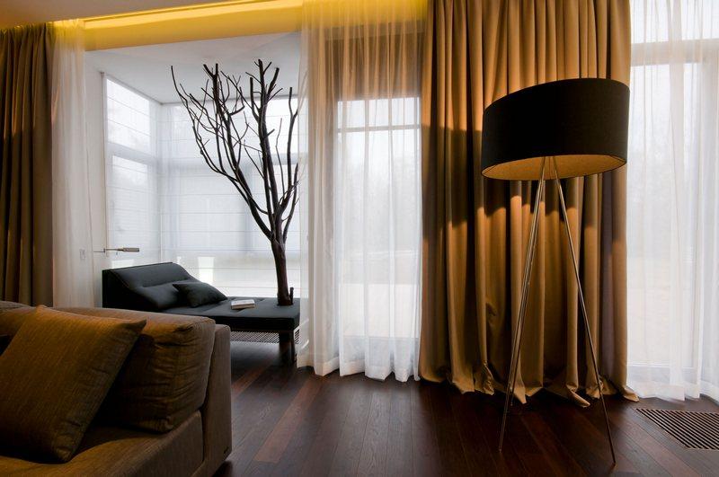 Вот так смотрятся коричневые шторы в домашнем интерьере