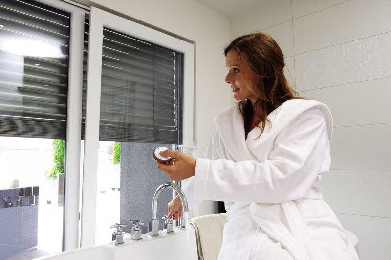 Электрические жалюзи можно ставить как внутри помещения, так и снаружи